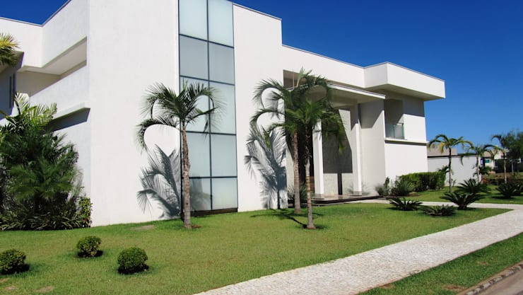 Residência - Cond. Alphaville Araguaia: Casas modernas por Sandra Kátia Junqueira