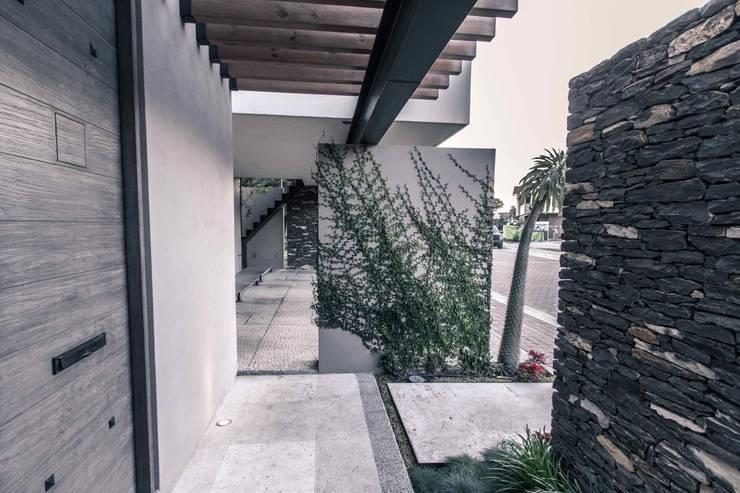 Pasillos y vestíbulos de estilo  por Loyola Arquitectos