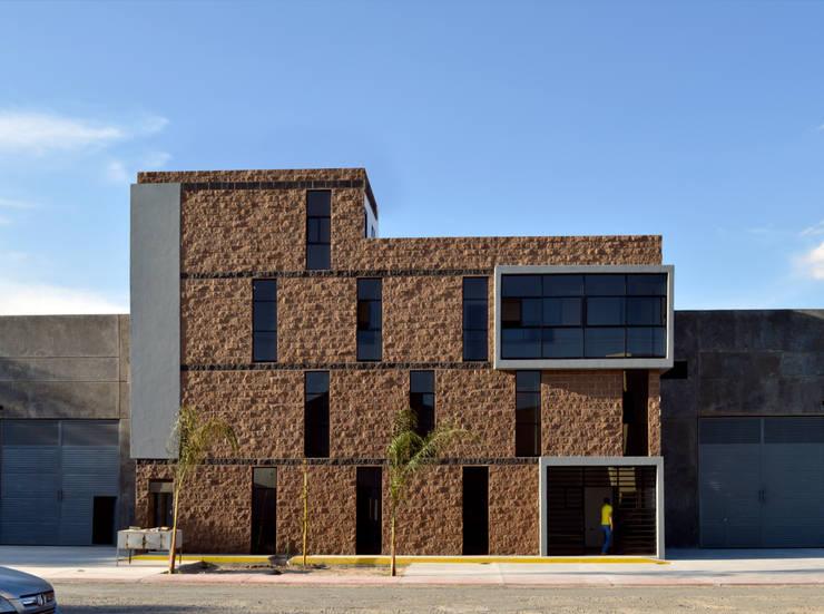 Fachada principal : Edificios de Oficinas de estilo  por Wowa