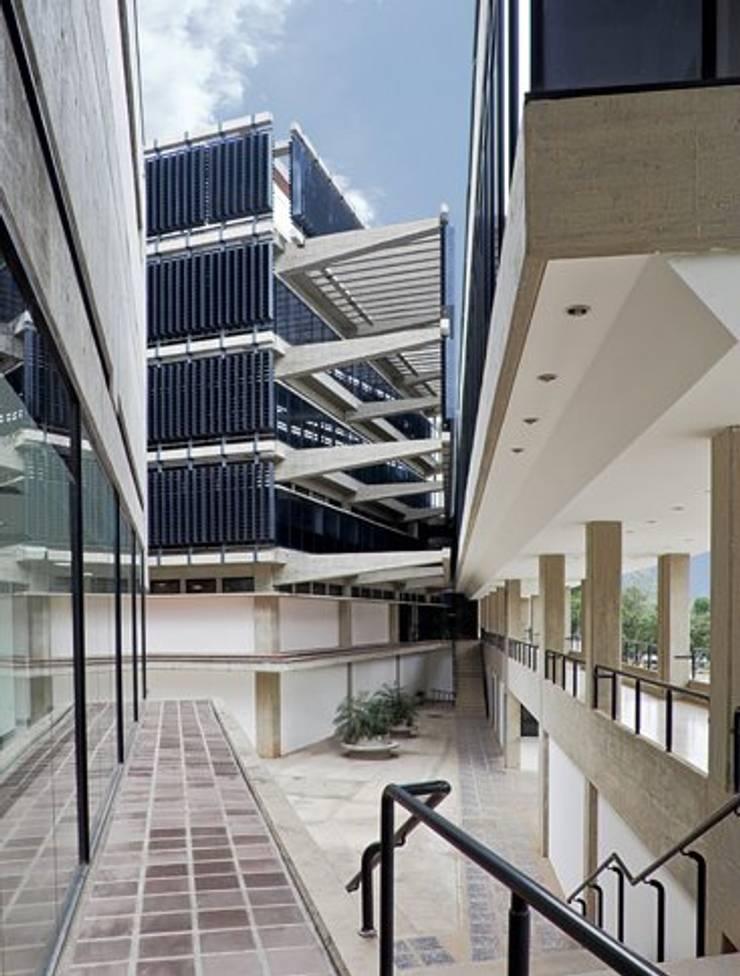 Planta de Vacunas del Instituto Nacional de Higiene <q>Rafael Rangel</q>: Hospitales de estilo  por PA - Puchetti Arquitectos