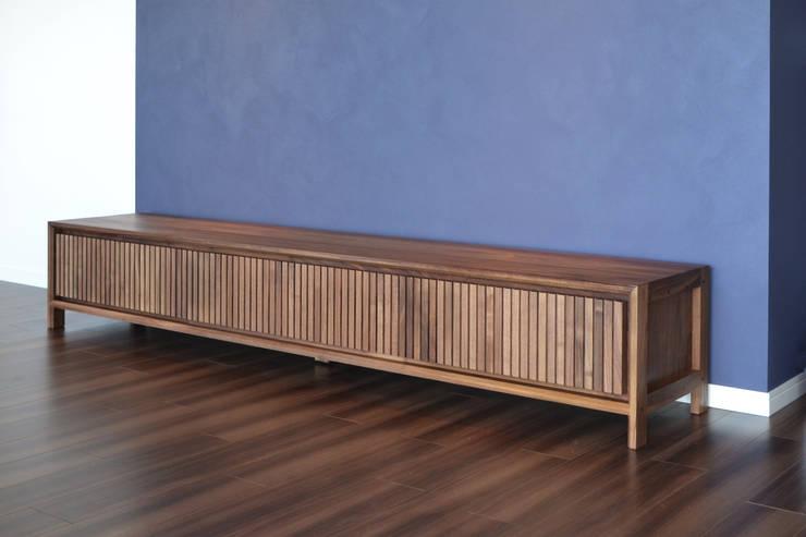 縦格子デザインのテレビボード: Vigore interior&galleryが手掛けたリビングルームです。