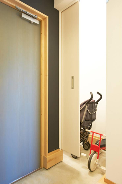 子育てテラスハウス KONKO1: 一級建築士事務所あとりえが手掛けたテラス・ベランダです。,