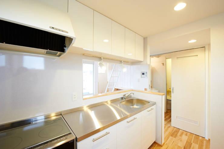 子育てテラスハウス KONKO1: 一級建築士事務所あとりえが手掛けたキッチンです。,