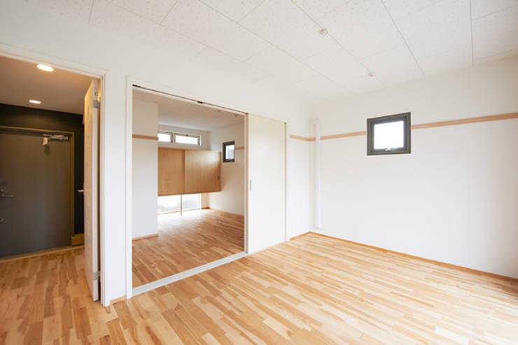 子育てテラスハウス KONKO1: 一級建築士事務所あとりえが手掛けたリビングです。,