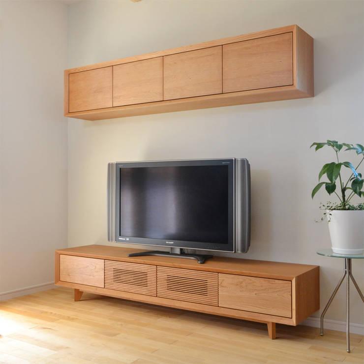 ブラックチェリー材のオーダーテレビボード: Vigore interior&galleryが手掛けたリビングルームです。