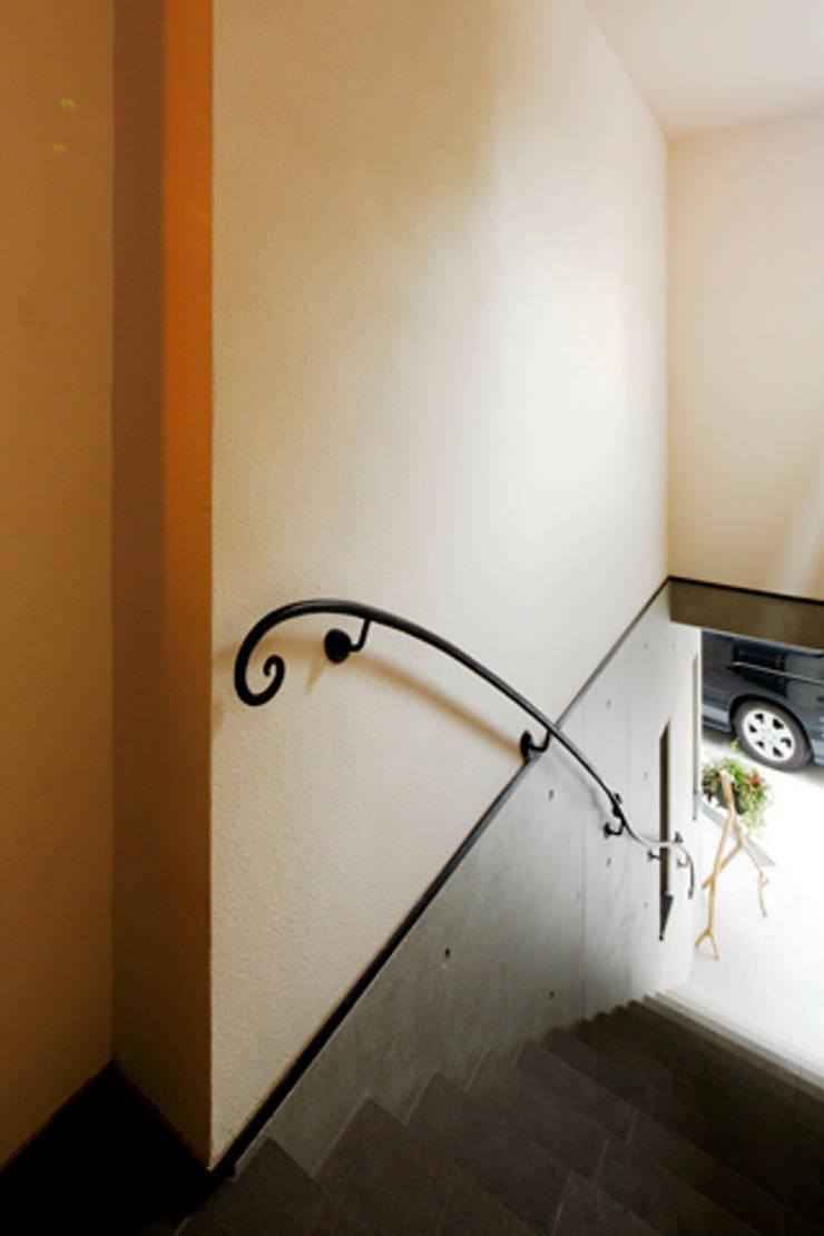 2+3の家: 一級建築士事務所あとりえが手掛けた廊下 & 玄関です。