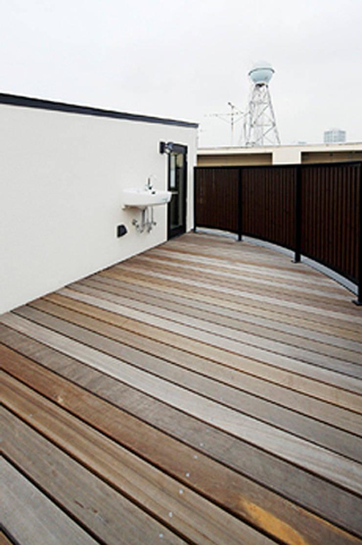 2+3の家: 一級建築士事務所あとりえが手掛けたテラス・ベランダです。
