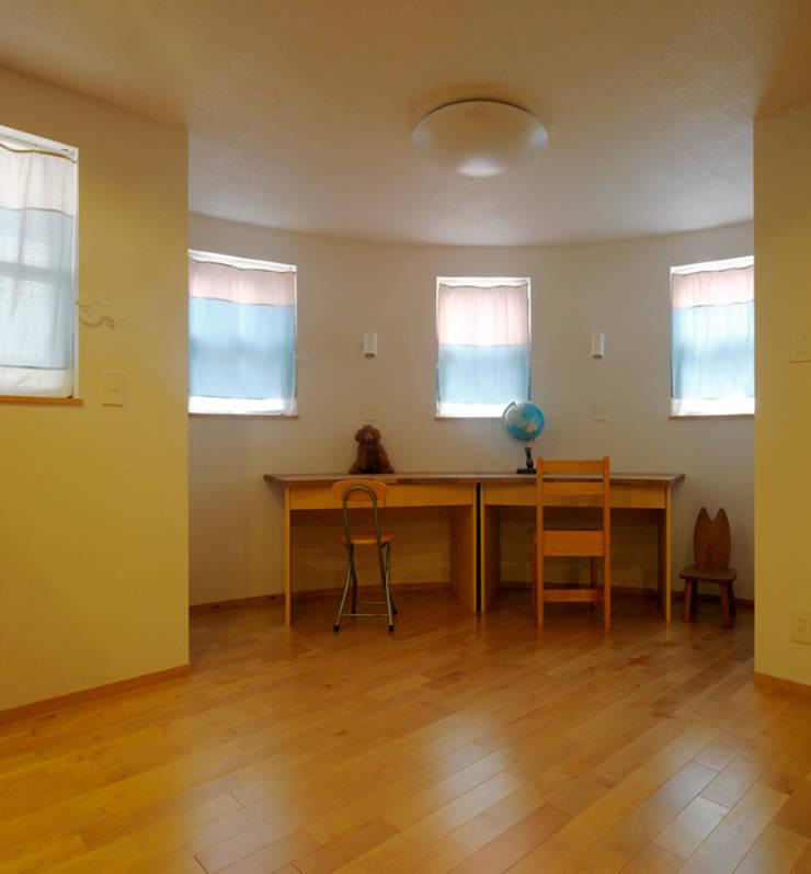 2+3の家: 一級建築士事務所あとりえが手掛けた書斎です。