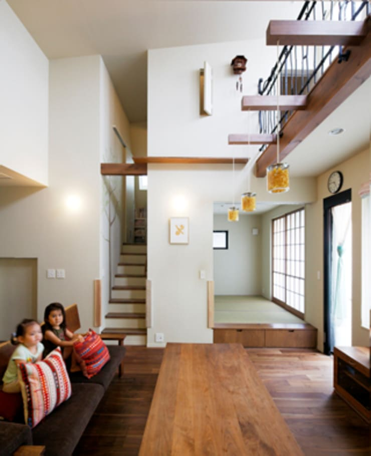 2+3の家: 一級建築士事務所あとりえが手掛けたリビングです。