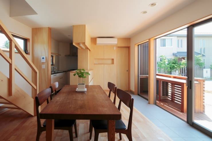 カフェライブラリーの家: 一級建築士事務所あとりえが手掛けたダイニングです。