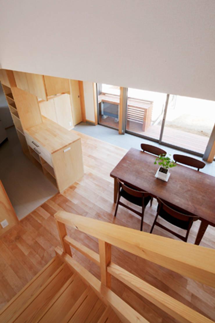 カフェライブラリーの家: 一級建築士事務所あとりえが手掛けた廊下 & 玄関です。