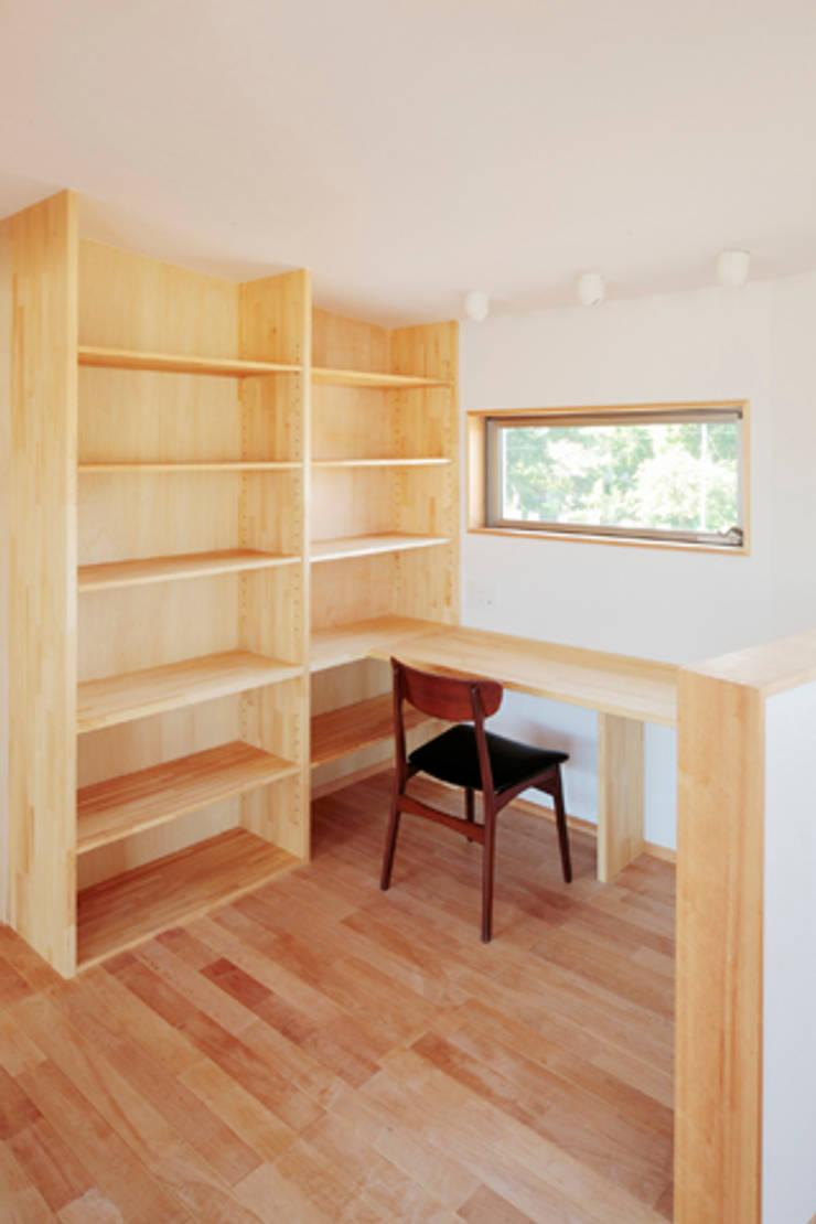カフェライブラリーの家: 一級建築士事務所あとりえが手掛けた書斎です。