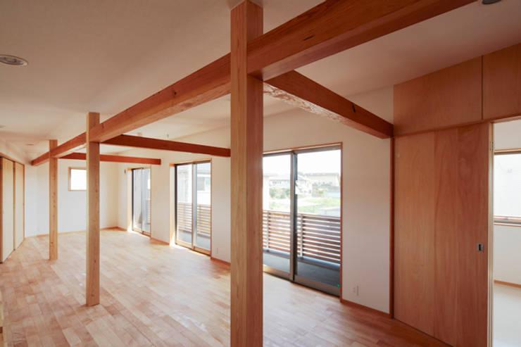 カフェライブラリーの家: 一級建築士事務所あとりえが手掛けた寝室です。