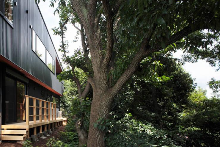 森に浮かぶ家: 一級建築士事務所あとりえが手掛けた庭です。