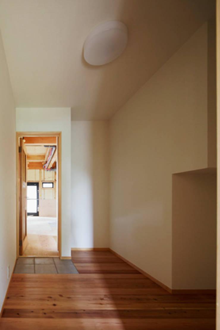 森に浮かぶ家: 一級建築士事務所あとりえが手掛けたテラス・ベランダです。
