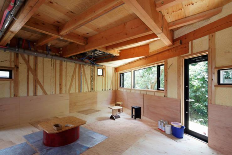 森に浮かぶ家: 一級建築士事務所あとりえが手掛けたリビングです。