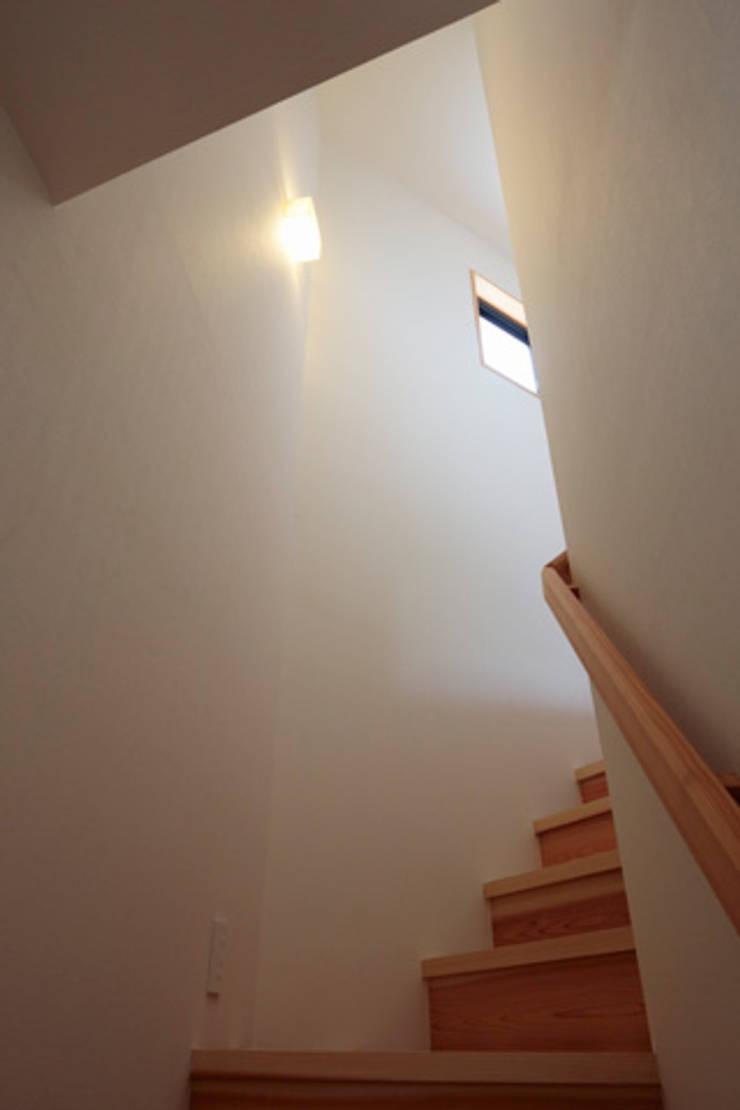 森に浮かぶ家: 一級建築士事務所あとりえが手掛けた廊下 & 玄関です。