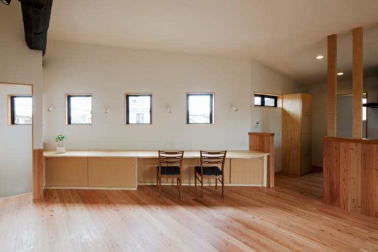 森に浮かぶ家: 一級建築士事務所あとりえが手掛けた書斎です。