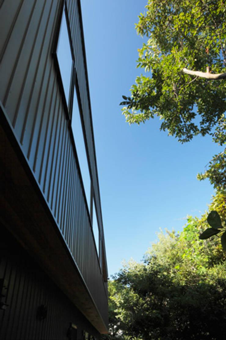 森に浮かぶ家: 一級建築士事務所あとりえが手掛けた家です。