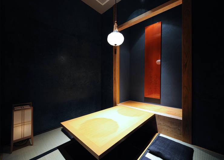 掘りごたつ席 紺色壁: 中川デザイン事務所が手掛けたレストランです。