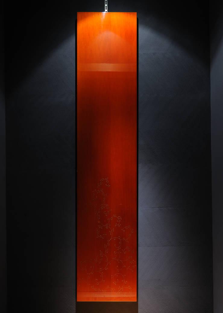 漆パネルと紺色 矢尻壁塗り: 中川デザイン事務所が手掛けたレストランです。