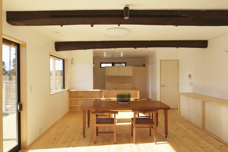 凸の家: 一級建築士事務所あとりえが手掛けたダイニングです。