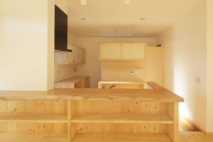 凸の家: 一級建築士事務所あとりえが手掛けたキッチンです。