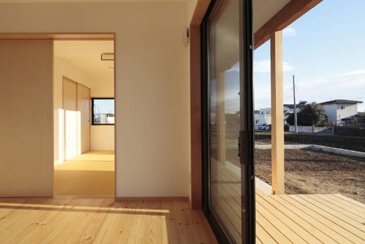 凸の家: 一級建築士事務所あとりえが手掛けたテラス・ベランダです。