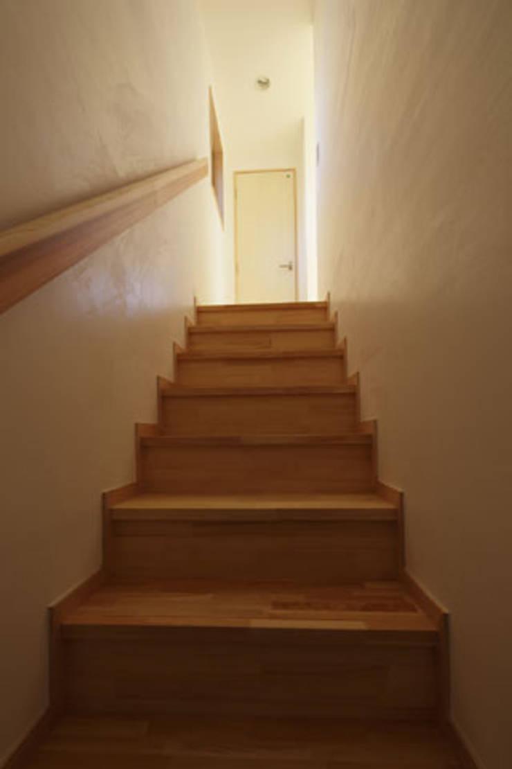 凸の家: 一級建築士事務所あとりえが手掛けた廊下 & 玄関です。