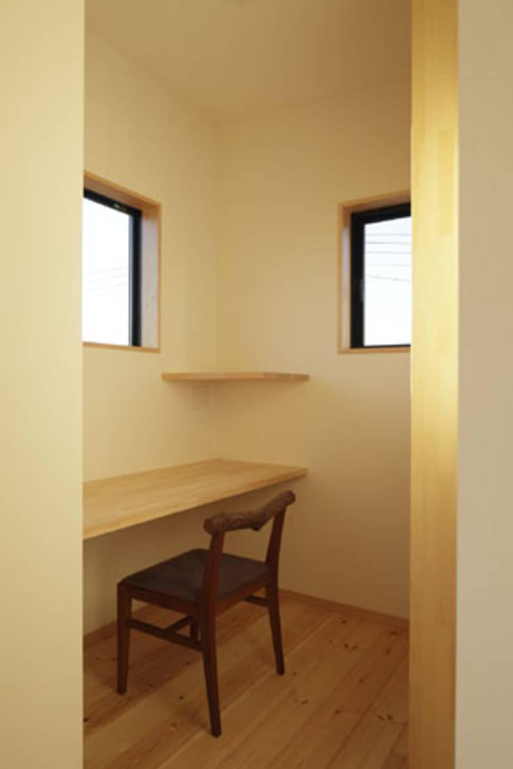 凸の家: 一級建築士事務所あとりえが手掛けた書斎です。