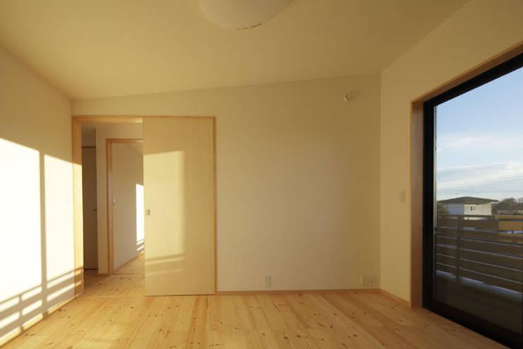 凸の家: 一級建築士事務所あとりえが手掛けた寝室です。