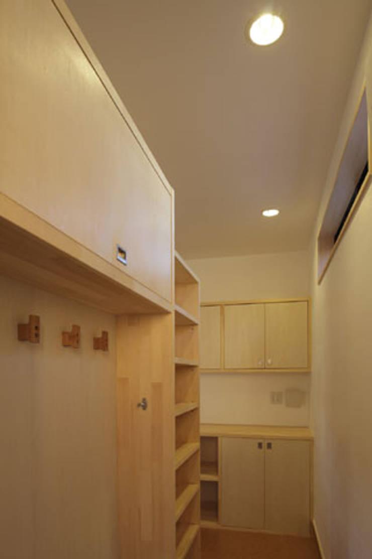 凸の家: 一級建築士事務所あとりえが手掛けたウォークインクローゼットです。