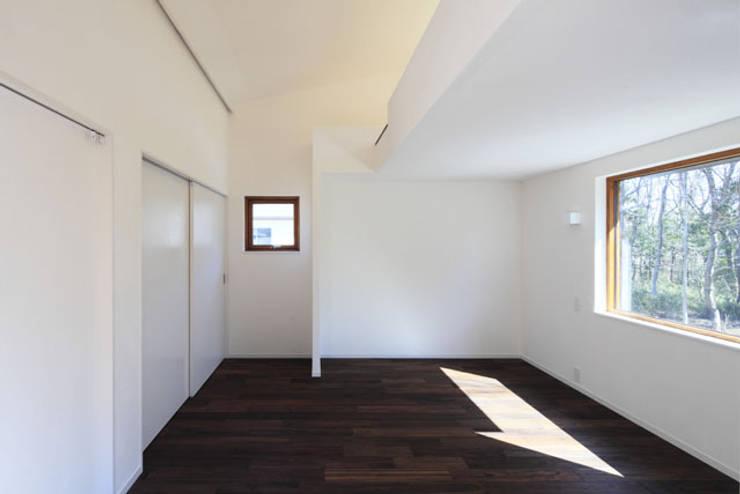 森を眺める黒い家: 一級建築士事務所あとりえが手掛けた子供部屋です。