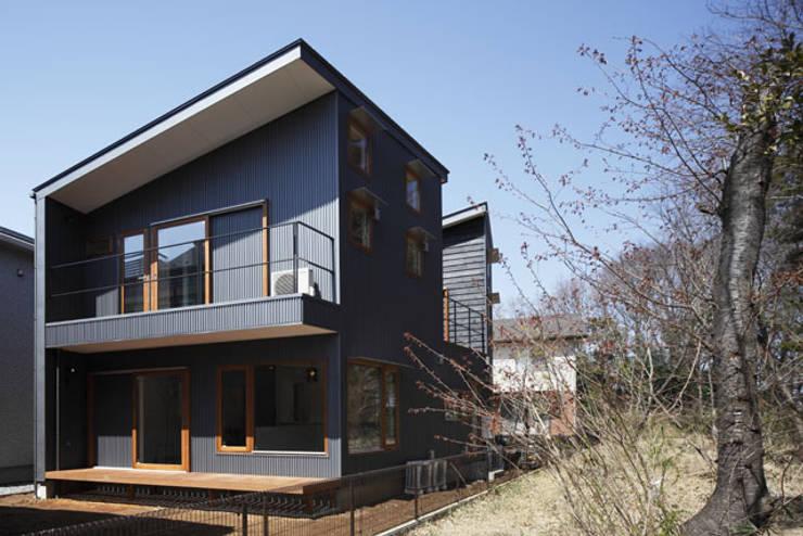 森を眺める黒い家: 一級建築士事務所あとりえが手掛けた家です。