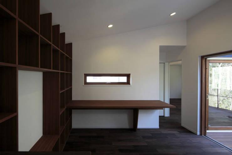 森を眺める黒い家: 一級建築士事務所あとりえが手掛けたウォークインクローゼットです。