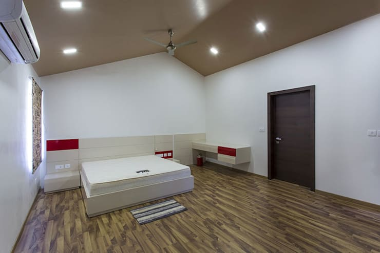 Bangalore Villas:  Bedroom by Spaces and Design