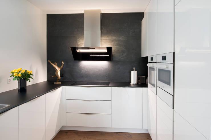 Kleine Küche kommt groß raus: moderne Küche von inpuncto Küchen Schweiz GmbH