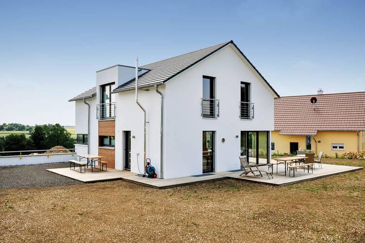 Einfamilienhaus mit Doppelgarage:  Häuser von Hauptvogel & Schütt Planungsgruppe