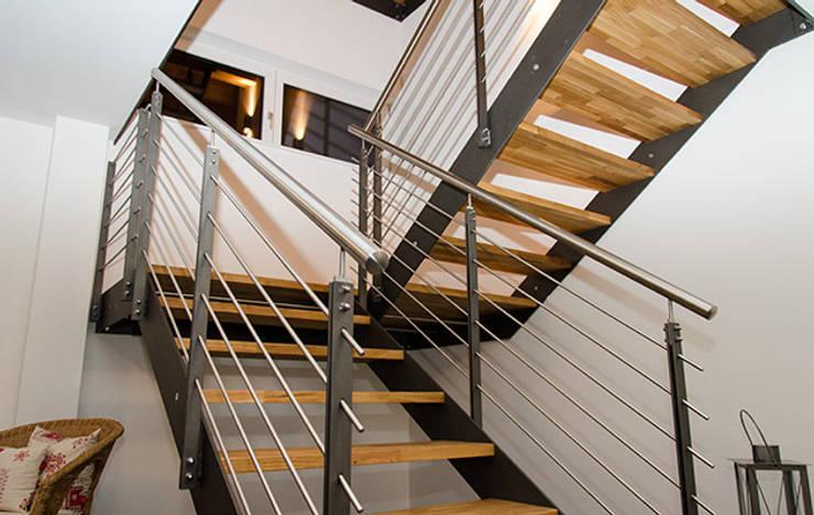 Einfamilienhaus mit Doppelgarage:  Flur & Diele von Hauptvogel & Schütt Planungsgruppe