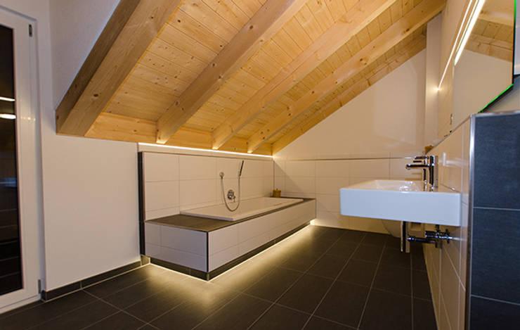 Einfamilienhaus mit Doppelgarage:  Badezimmer von Hauptvogel & Schütt Planungsgruppe