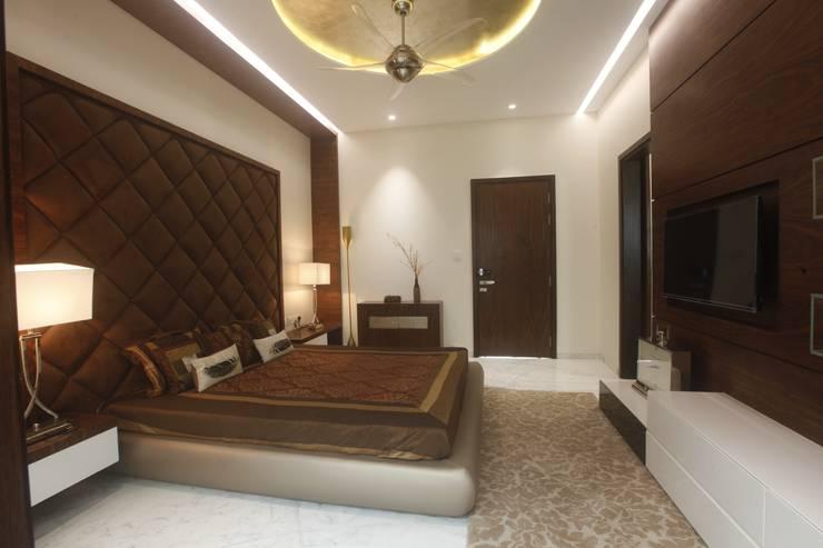 PARENTS BEDROOM: modern Bedroom by INNERSPACE
