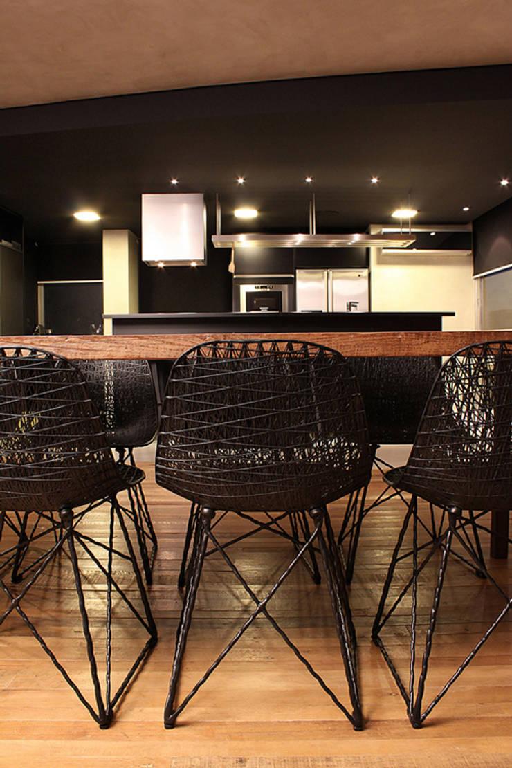 AL.Casa Branca: Salas de jantar  por IN - Studio Arquitetura de Interiores