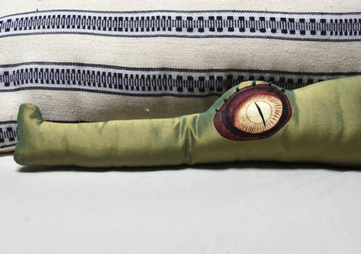 Basile le coussin crocodile décoratif: Salon de style  par 'Dis pas non'