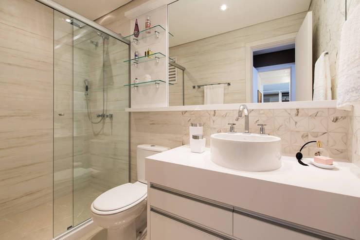 BANHEIRO  SUITE: Banheiros modernos por TRÍADE ARQUITETURA