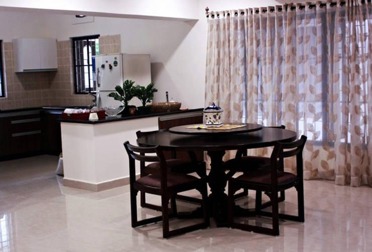 Banjara Hills House:  Dining room by Saloni Narayankar Interiors