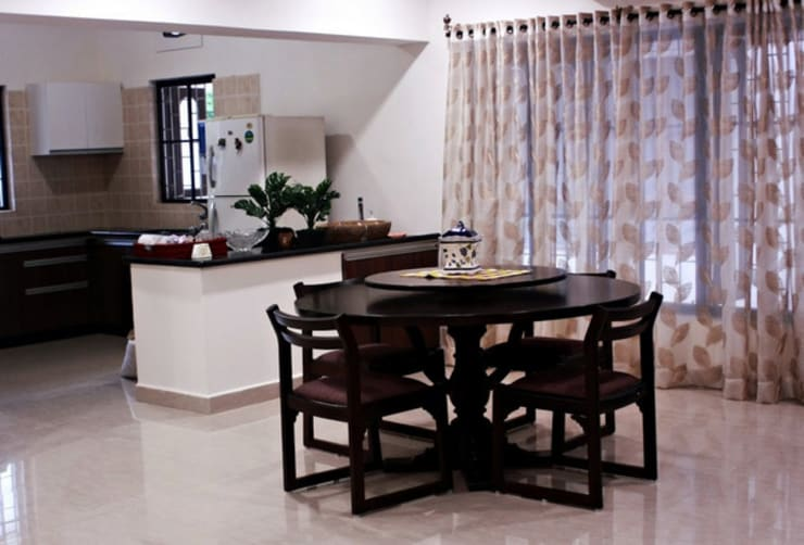 Banjara Hills House: modern Dining room by Saloni Narayankar Interiors