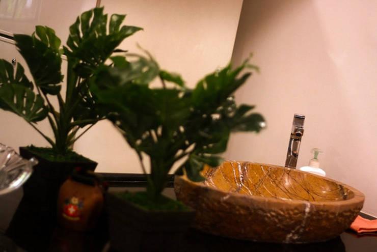 Banjara Hills House:  Bathroom by Saloni Narayankar Interiors