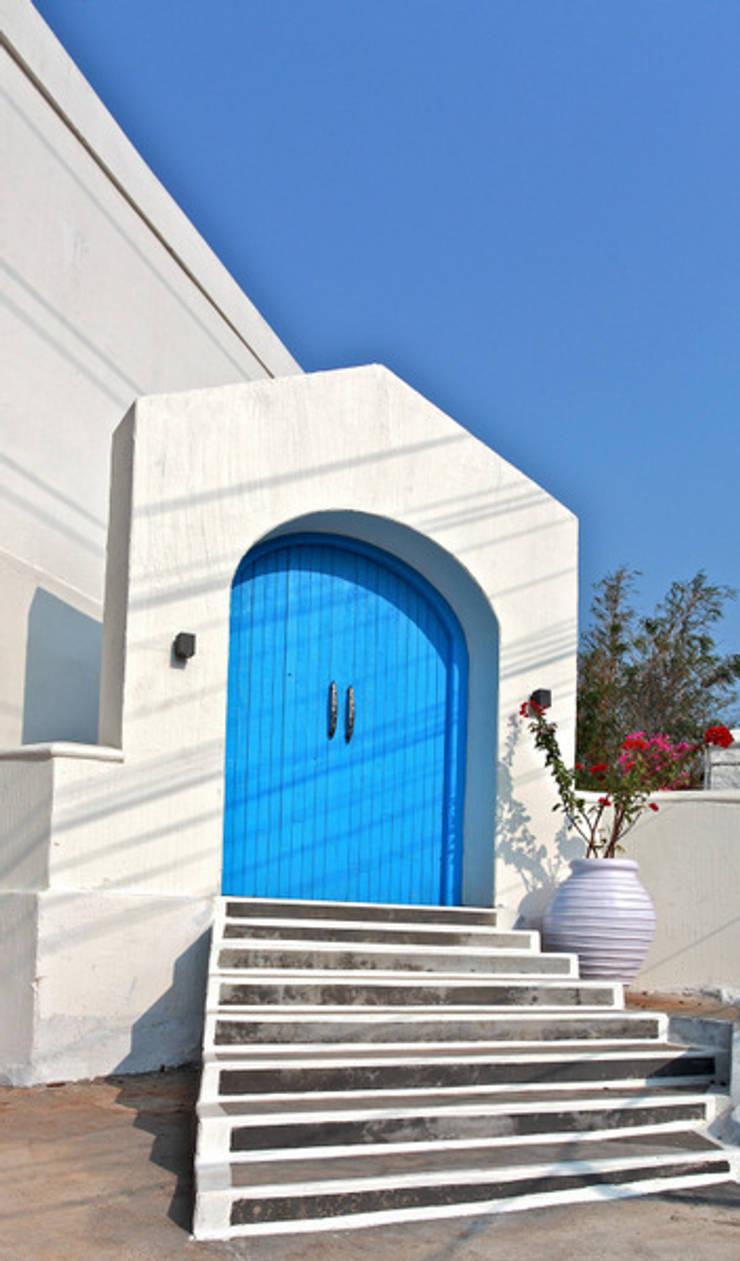 The Blue Door:  Terrace by Saloni Narayankar Interiors