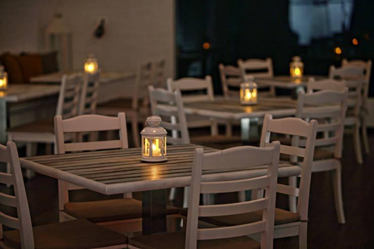 The Blue Door: modern Dining room by Saloni Narayankar Interiors