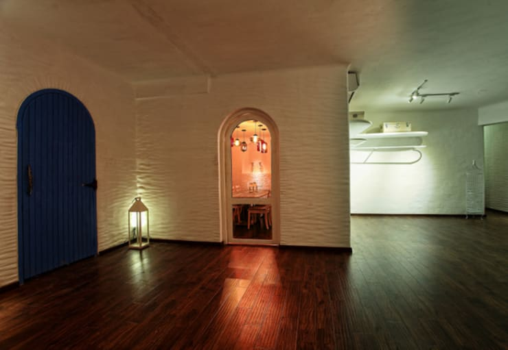 Pasillos y vestíbulos de estilo  por Saloni Narayankar Interiors